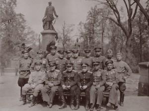 53 бад на экскурсии по Берлину (ст.инж.1 гв.апдд Мамошин П.Н. сзади 3-й слева). 11.05.1945 г.